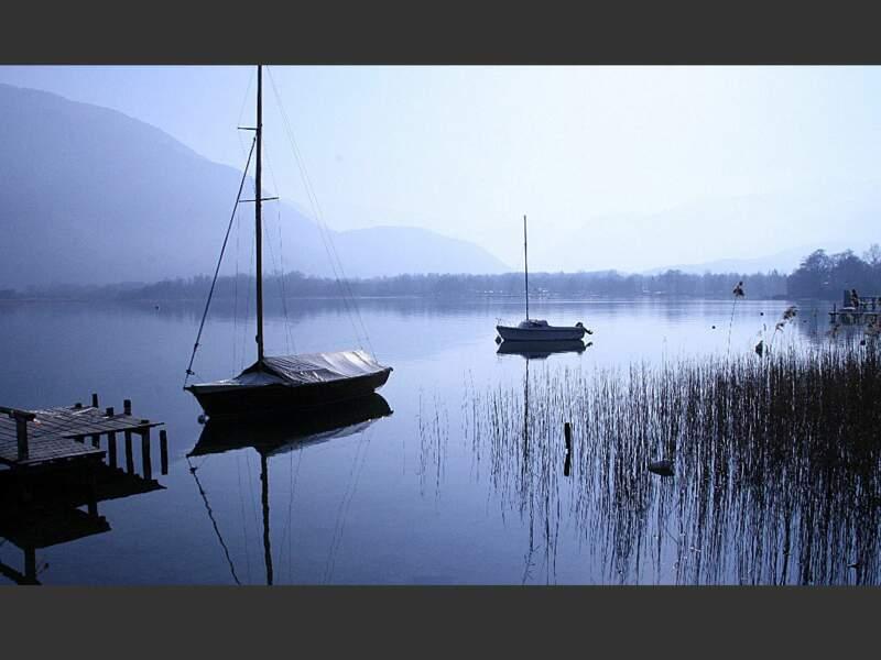 Situé en région Rhône-Alpes, le lac d'Annecy est le deuxième plus grand lac glaciaire de France.