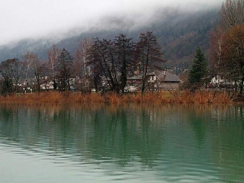 A la fois balnéaire et montagneuse, la commune de Sévrier située au bord du lac d'Annecy a de quoi séduire tout type de visiteur (Rhône-Alpes, France).