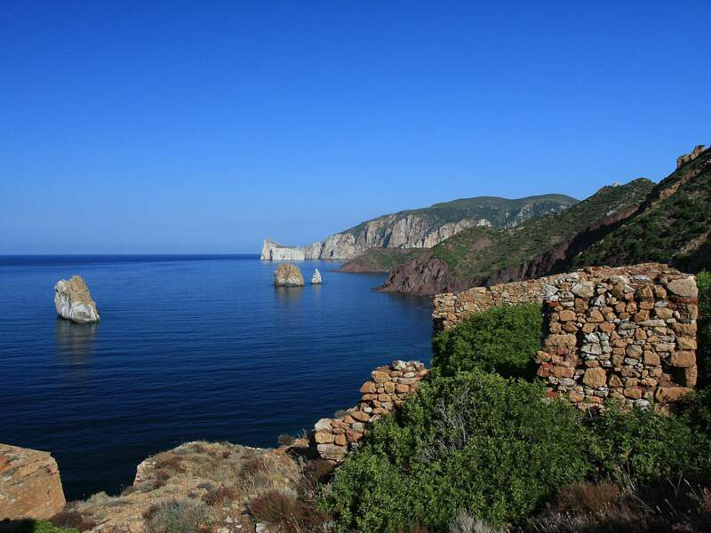 L'île-rocher du Pan di Zucchero depuis la laverie Lamarmora à Nebida, en Sardaigne, en Italie.