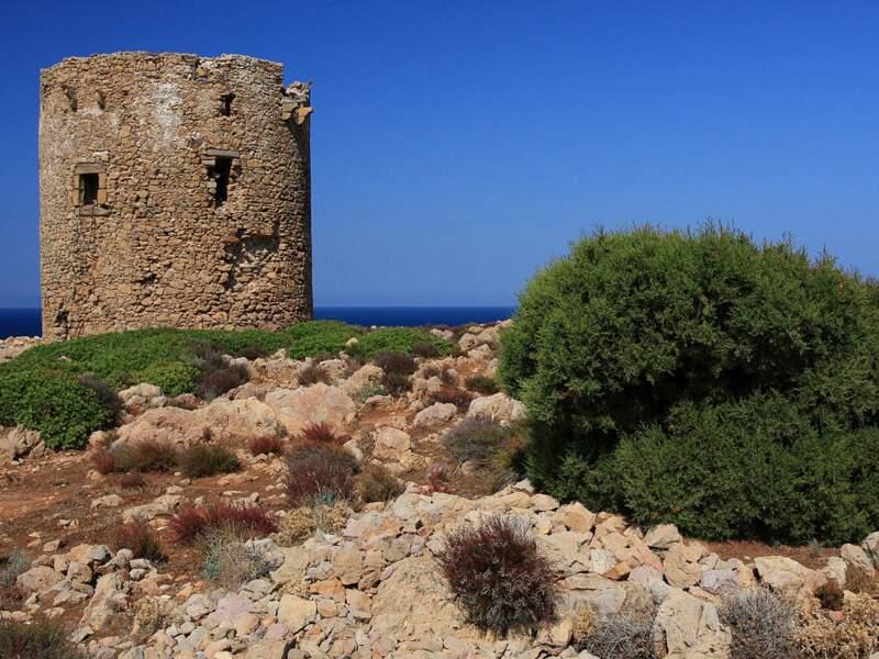 L'ancienne tour espagnole de Cala Domestica, en Sardaigne, en Italie.