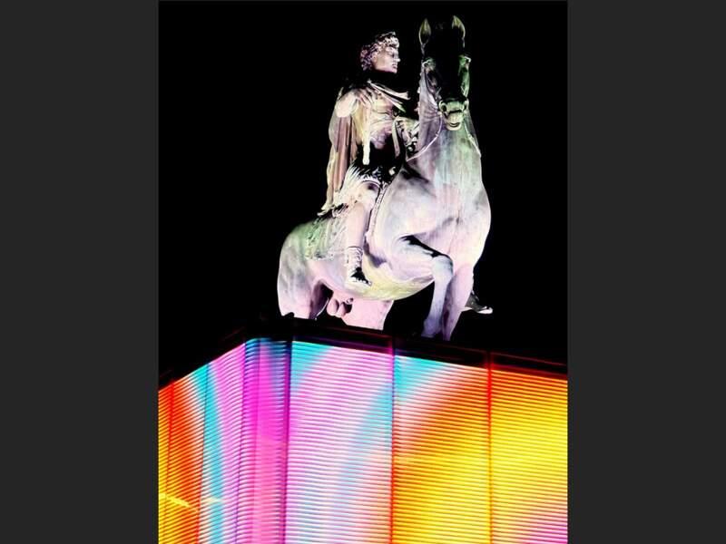 La statue équestre de Louis XIV trône sur la place Bellecour, à Lyon, depuis 1825 (Rhône, Rhône-Alpes).