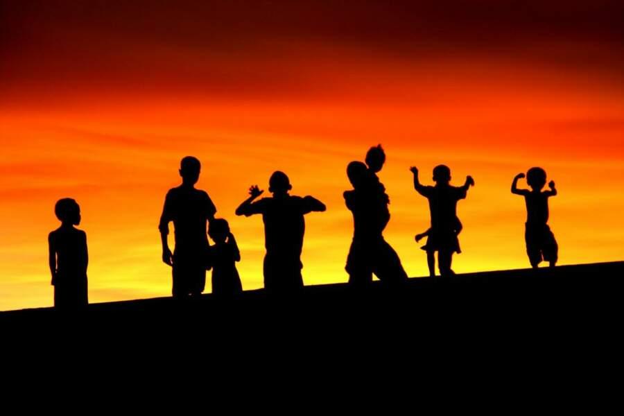 Certains soirs, le ciel malgache se pare de couleurs fantastiques. Sur les dunes de sable se détachent les silhouettes des enfants de Sarodrano.