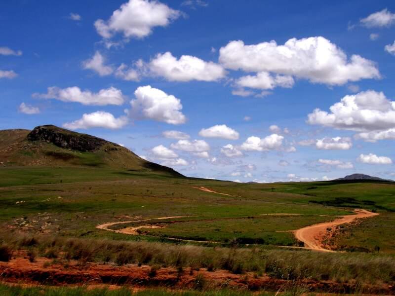 La RN7 traverse un paysage malgache typique, mêlant vallées verdoyantes et pistes de terre rouge.