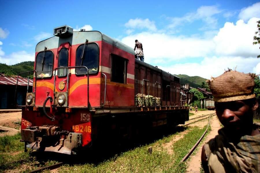 Les wagons rouges du « Fianarantsoa Côte Est » traversent quelques-uns des plus beaux paysages de l'île durant la descente des hauts plateaux en direction des côtes.