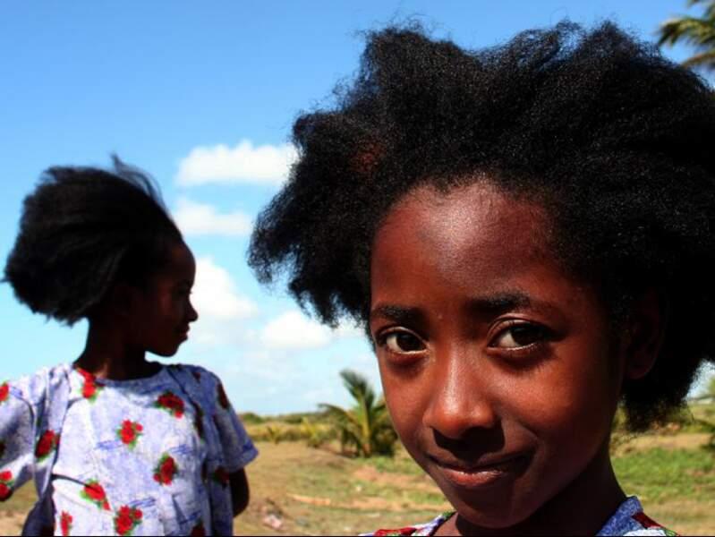 Vêtues et coiffées à l'identique, deux soeurs jouent dans les alentours de la ville de Manakara.