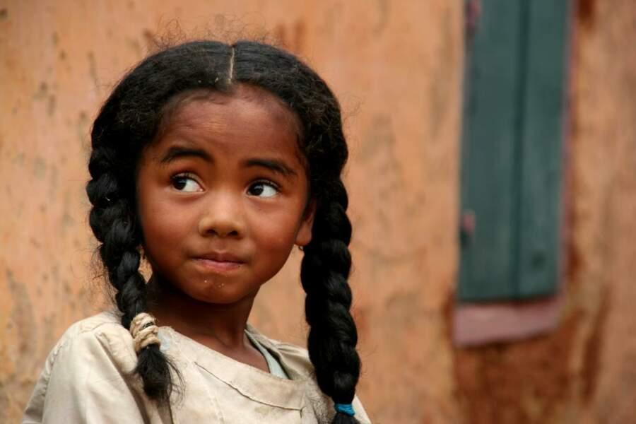 Une petite fille malgache se laisse photographier aux abords de la cathédrale de Fianarantsoa.