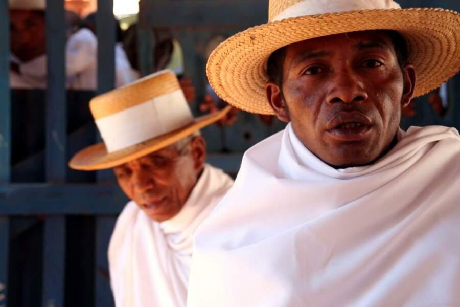 Tous les fidèles de l'église du « Réveil » sont vêtus de blanc et coiffés d'un chapeau à large bord.