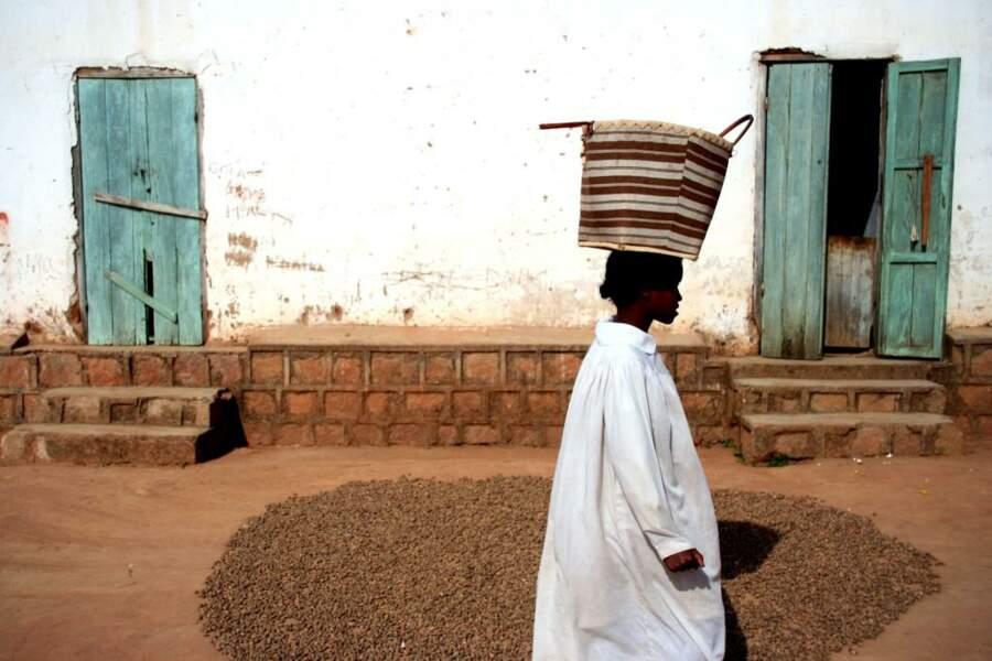 La terre rouge caractéristique de Madagascar tapisse même le sol des ruelles de Soatanna.