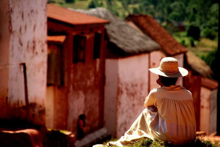 Même les murs des habitations de Soatanna semblent recouverts de la célèbre terre rouge de Madagascar.