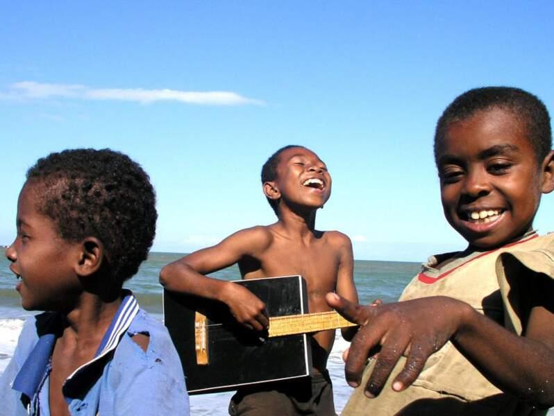 Des enfants chantent et jouent de la guitare sur la plage de Fenerive, à l'occasion d'un festival de musique.
