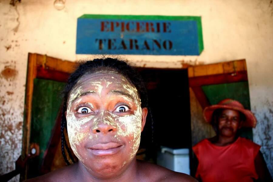 A Madagascar, de nombreuses femmes portent un masque de beauté, le plus souvent au bois de santal, pour se protéger du soleil.