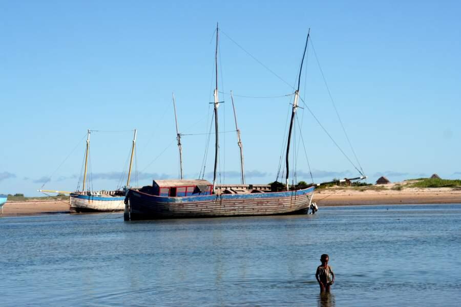 Les boutres attendent les voyageurs dans le port de Belo-sur-Mer.