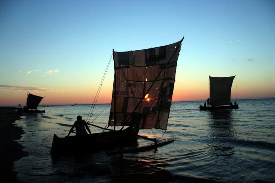 A la tombée de la nuit, il n'est pas rare d'assister depuis la plage de Morombe à l'étrange ballet des embarcations de pêcheurs Vézo aux voiles carrées.