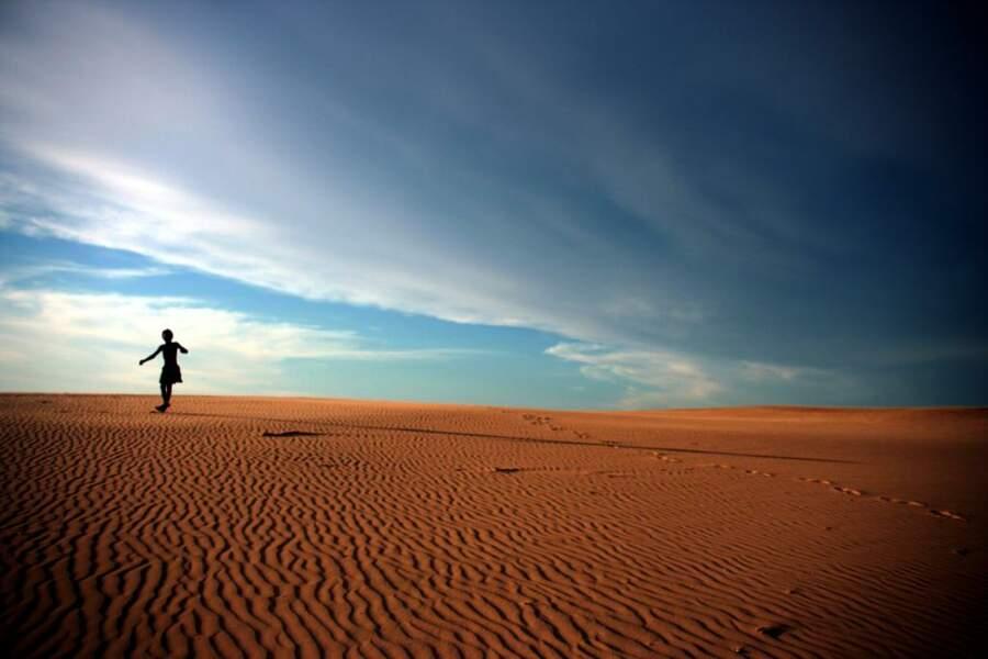A l'ombre d'immenses dunes de sable se trouve le petit village de Sarodrano et ses paillottes.
