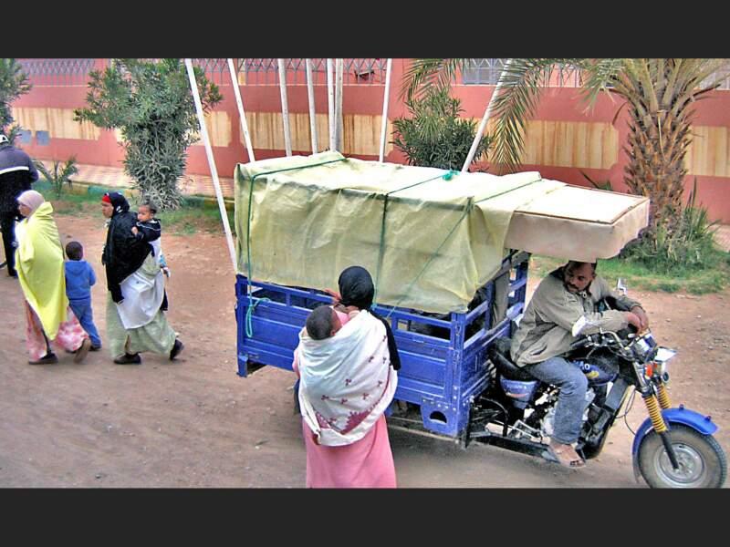 Scène de rue dans un village proche de Ouarzazate au Maroc