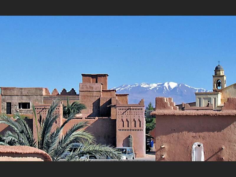 Vue sur les sommets enneigés depuis Taourirt, au Maroc