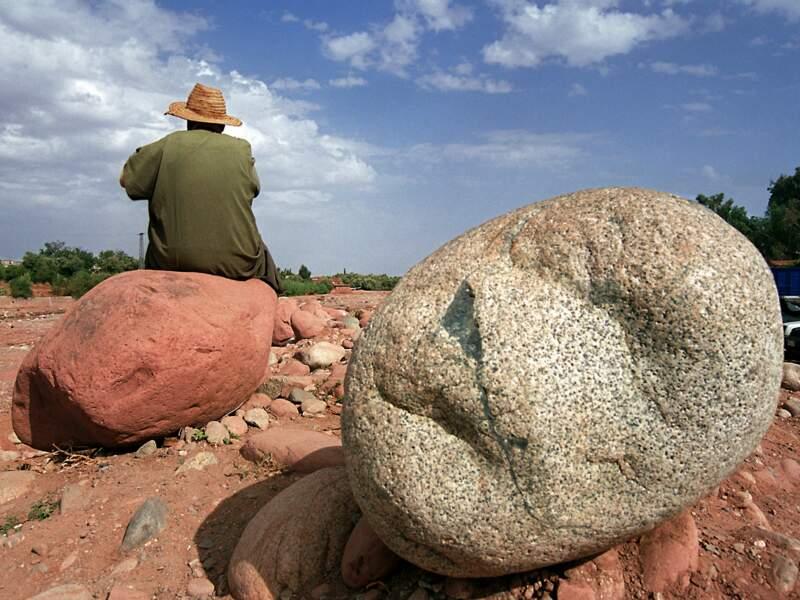 Le vieil homme et la pierre du marché d'Amizmiz