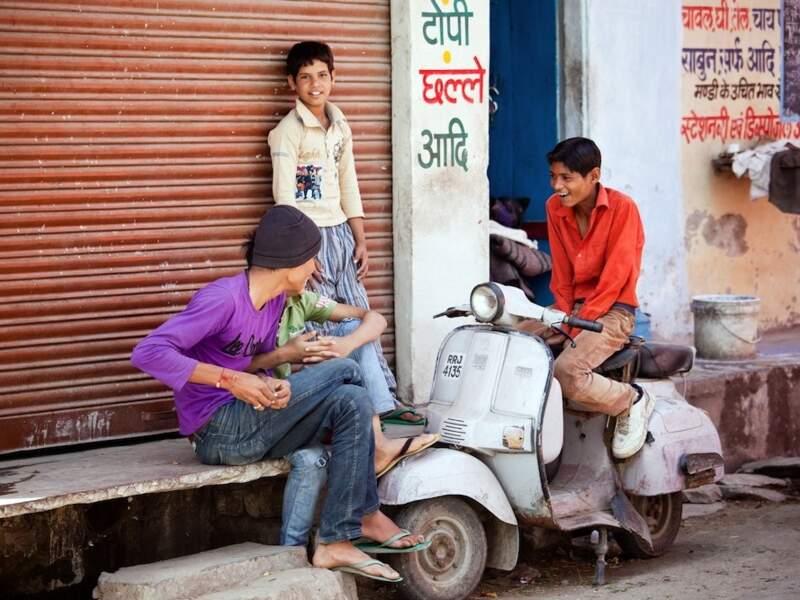 Jeunes amis à Udaipur, dans le Rajasthan, en Inde
