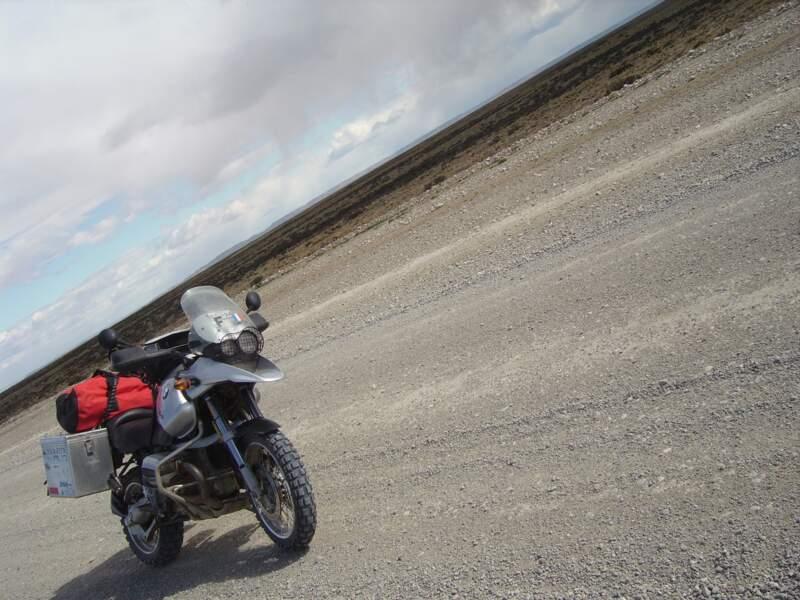 Cette moto a gagné plusieurs fois le Paris-Dakar. Elle est faite pour les raid.