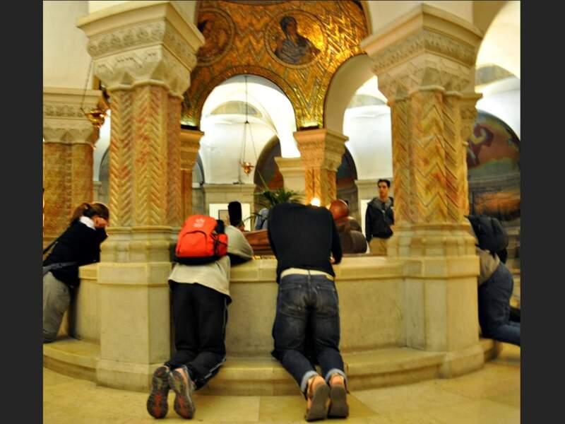 Croyants en prière dans la crypte de l'abbaye de la Dormition, à Jérusalem, en Israël.