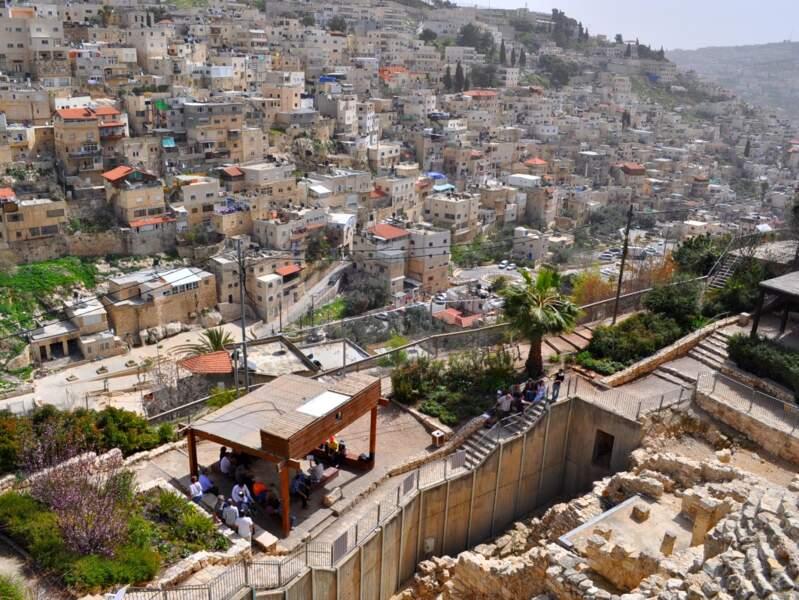 Les vestiges archéologiques de la cité de David (à droite de l'image) et le village de Siloam rattaché à Jérusalem-Est (Israël).