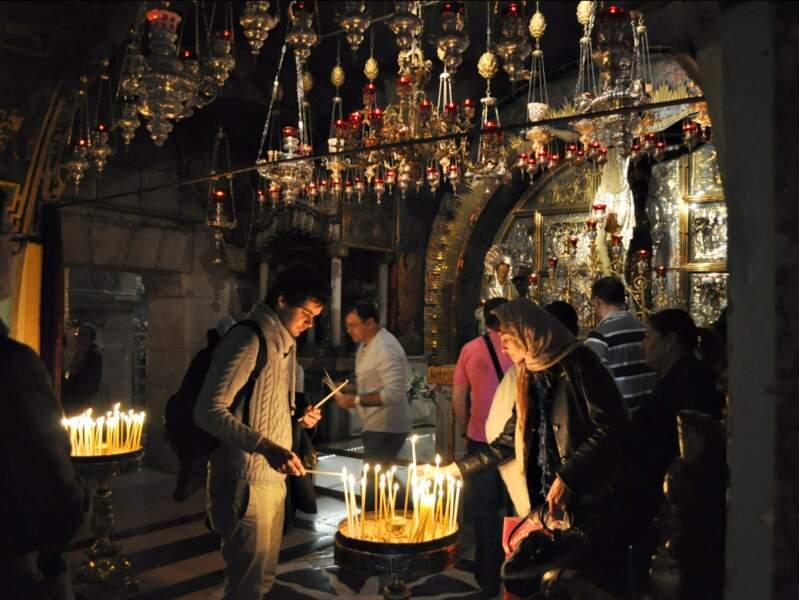 Croyants allumant leurs cierges dans l'église du Saint-Sépulcre, à Jérusalem, en Israël.