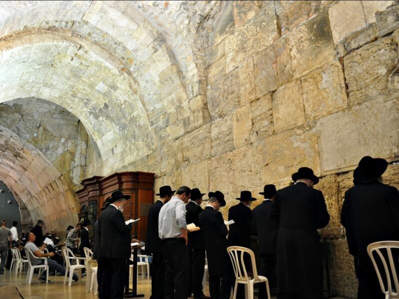 Prière devant le mur des Lamentations, à Jérusalem, en Israël.