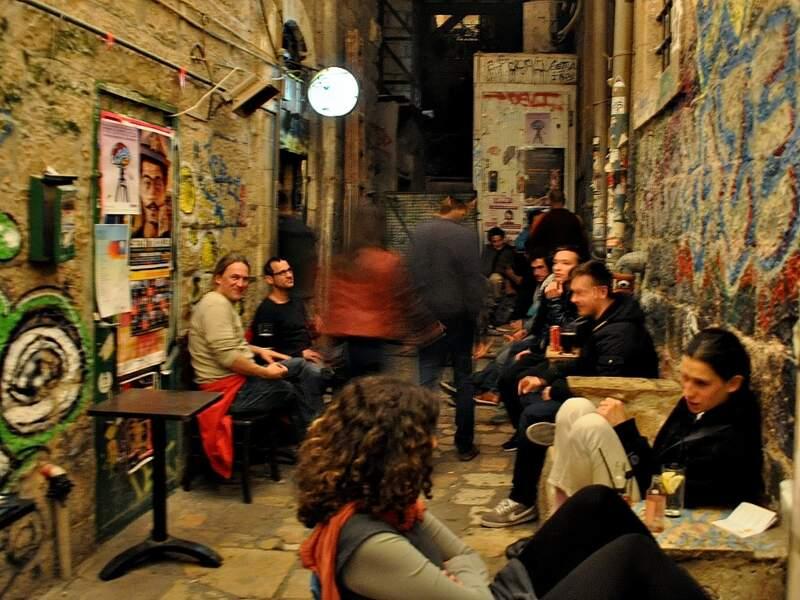 La vie nocturne de Jérusalem, en Israël, tend à séduire de plus en plus de jeunes plutôt habitués aux fêtes de Tel Aviv.