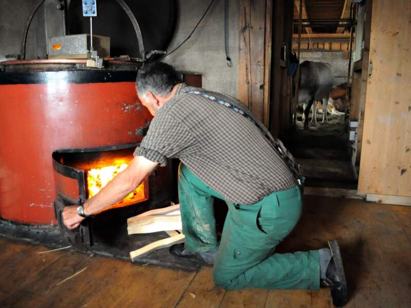 Walo près du four à bois de sa fromagerie Bärgheimet, dans la région de Gstaad (Oberland bernois, Suisse).