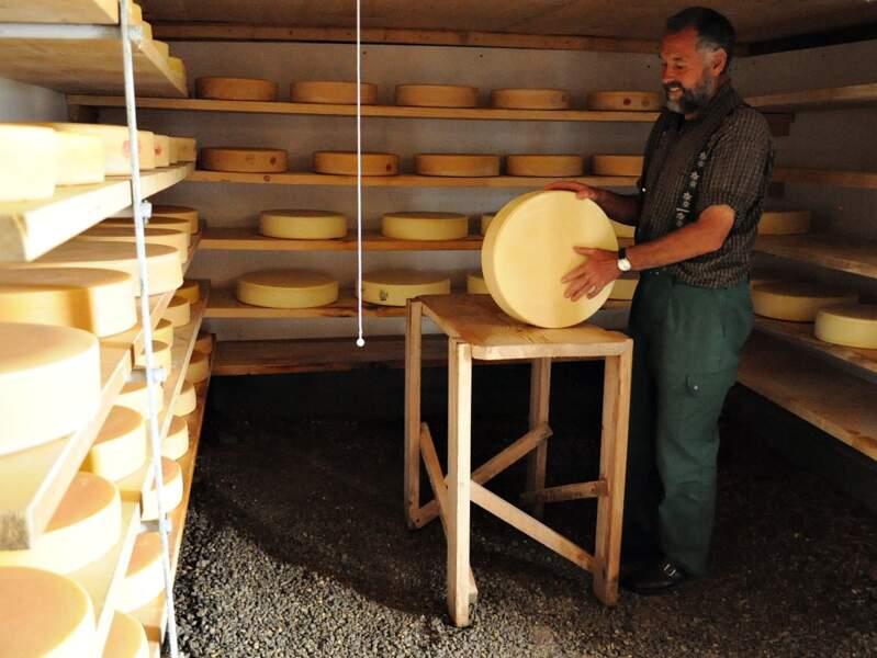 Walo dans la cave de sa fromagerie Bärgheimet, dans la région de Gstaad (Oberland bernois, Suisse).