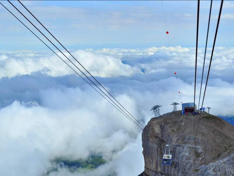 Au glacier 3000, situé non loin de Gstaad, dans l'Oberland bernois, un système de télécabines permet de prendre rapidement de l'altitude.