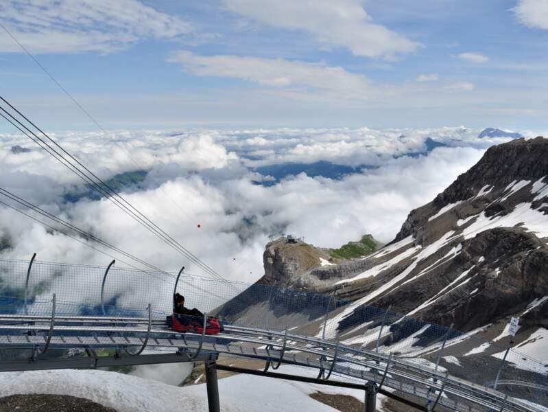 Descente en luge dans le domaine des Diablerets, sur le glacier 3000, en Suisse.