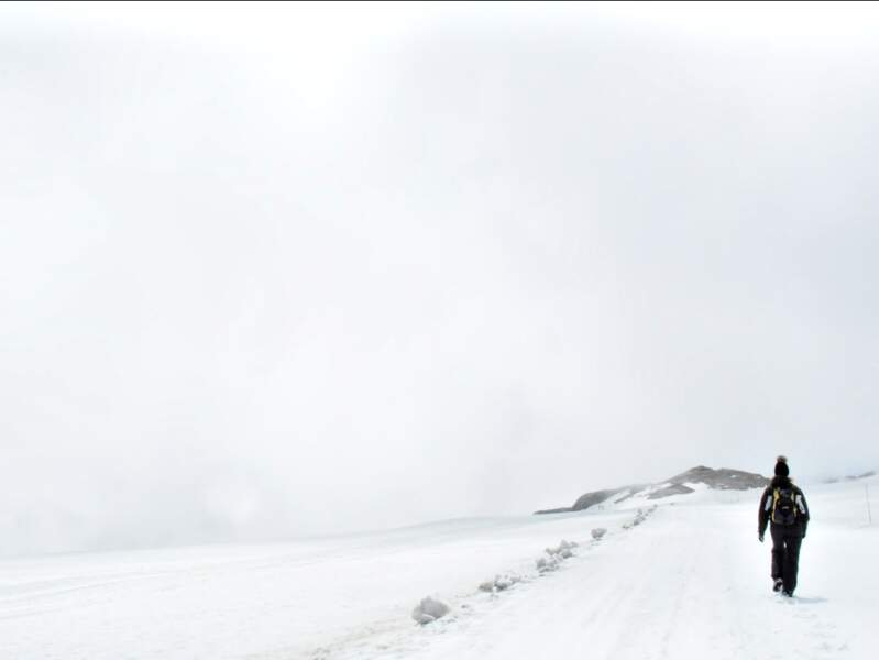 Depuis le sommet du Scex Rouge jusqu'à la quille du Diable, une marche d'environ 1h permet de rejoindre le refuge de l'Espace (Oberland bernois, Suisse).