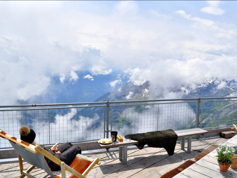Vue sur les Alpes suisses depuis le refuge de l'Espace, sur le massif des Diablerets, dans l'Oberland bernois.