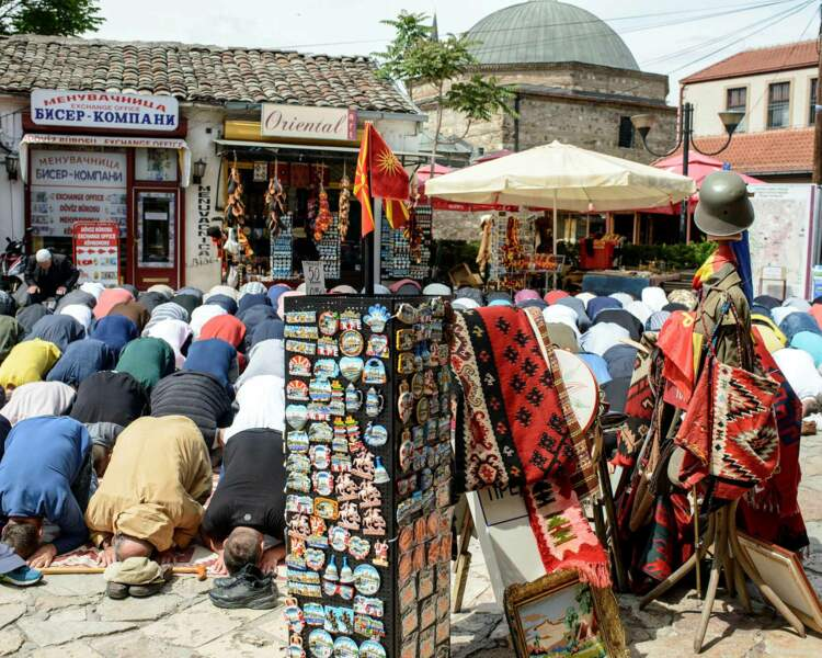 La prière du vendredi remplit les ruelles du vieux Skopje