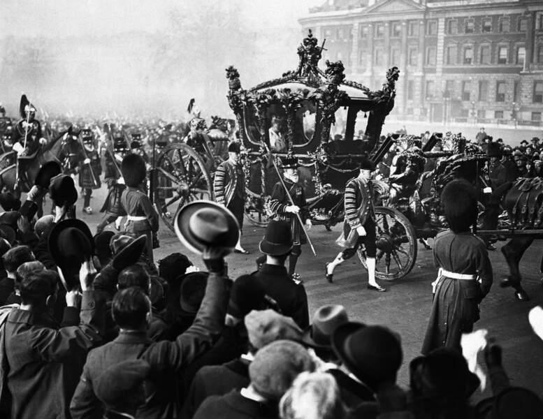 1924 : le roi George V et la reine Mary devant Buckingham Palace