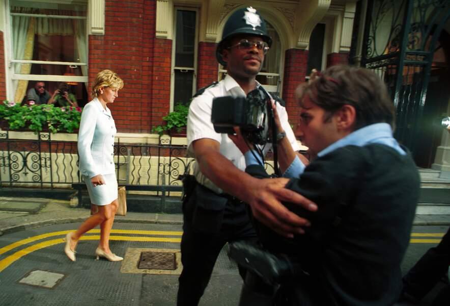 Traquée dans ses moindres gestes, Diana incarne la monarchie jetée dans la folie médiatique