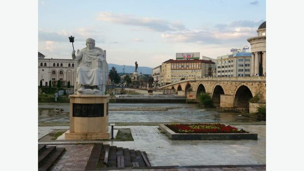 Pont de l'empereur Dusan et statue de  l'empereur byzantin Justinien