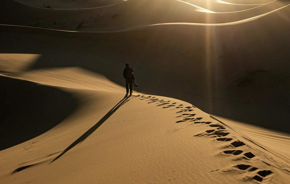 Funambule sur la crête d'une dune