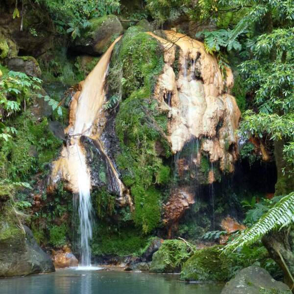 Le parc et la cascade de Caldeira Velha, sur l'île de São Miguel