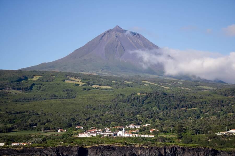 Le volcan Pico, situé sur l'île éponyme de Pico