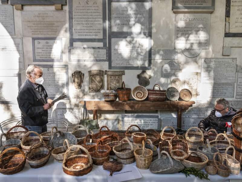 Au marché, dans la cour de l'église de Santo Spirito