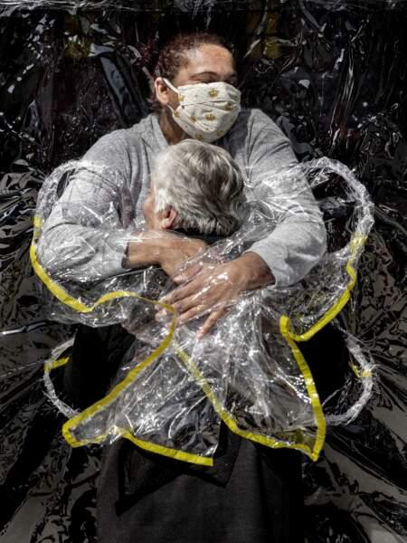 """Au Brésil, un ingénieux """"rideau à câlins"""" : photo World Press de l'année"""