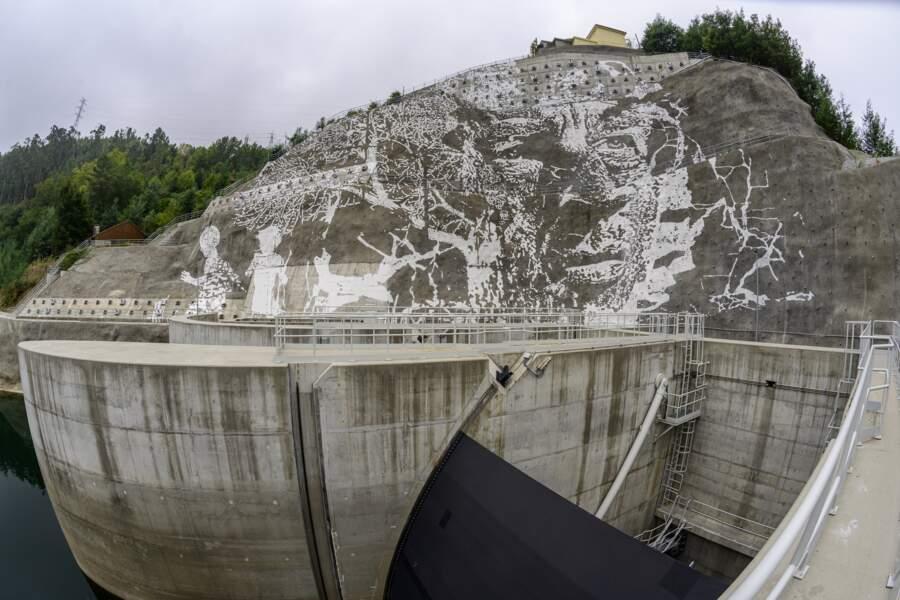 L'oeuvre de Vhils sur le barrage de Caniçada Dam au Portugal