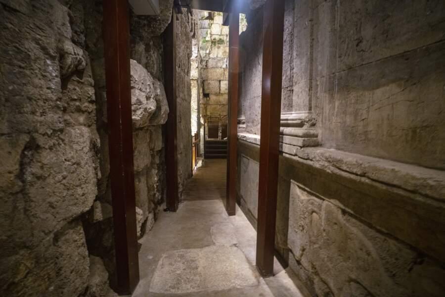 Vestiges du magnifique bâtiment de 2000 ans récemment fouillé.