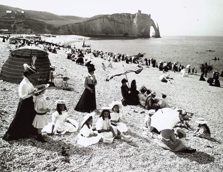 La plage à Etretat, vers 1910
