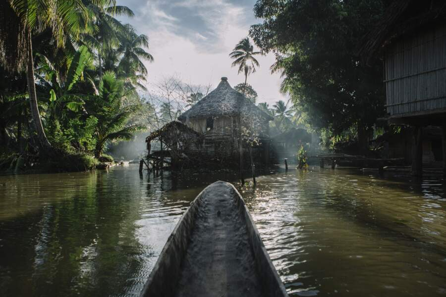 Le village de Kandinge, sur un affluent du Sepik, n'est accessible qu'en pirogue à moteur