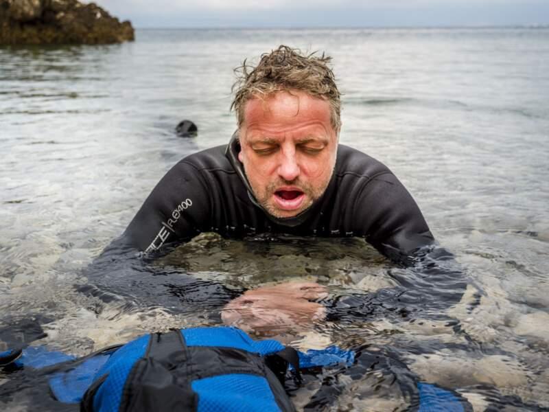 Après une nage intense, notre journaliste est épuisé
