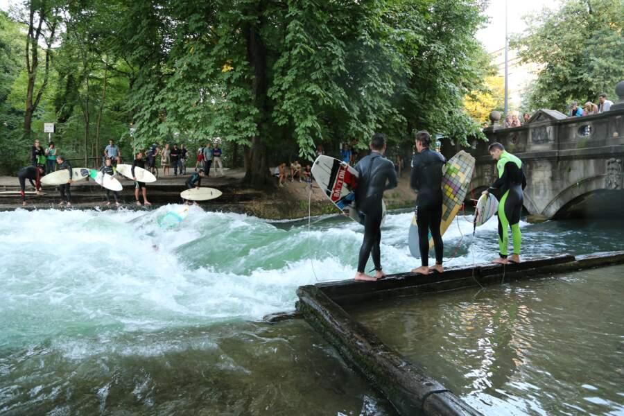 La rivière Eisbach, à Munich, en Allemagne