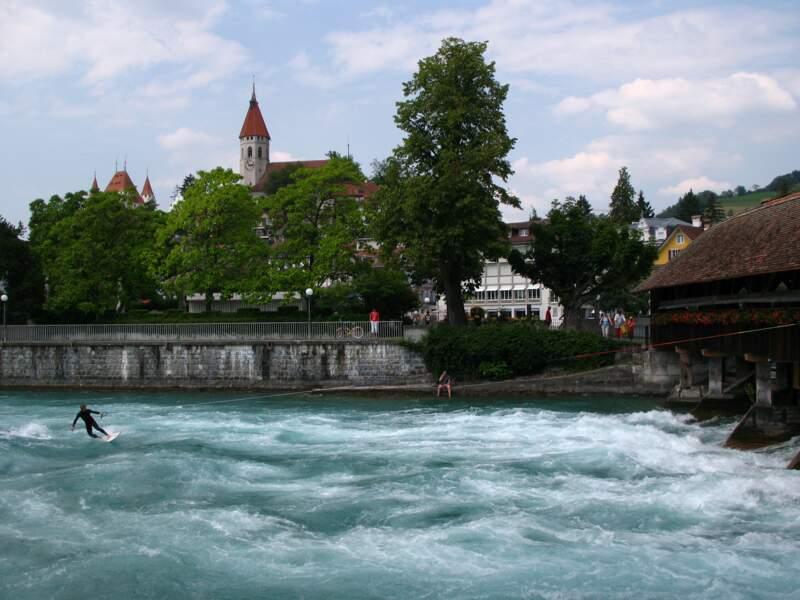 Surfer sur une rivière à Thoune, en Suisse